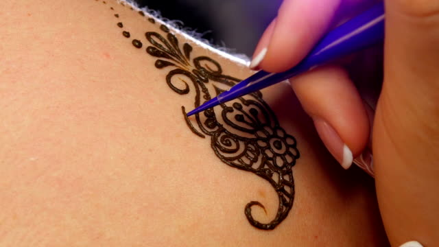 Accurate process of applying mehendi on the female back video