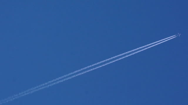 Airplane disappearing vapor trails and satellite video