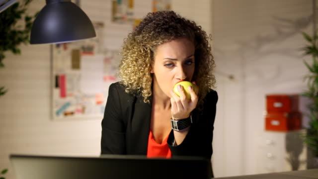 Al desko eating at the desk video