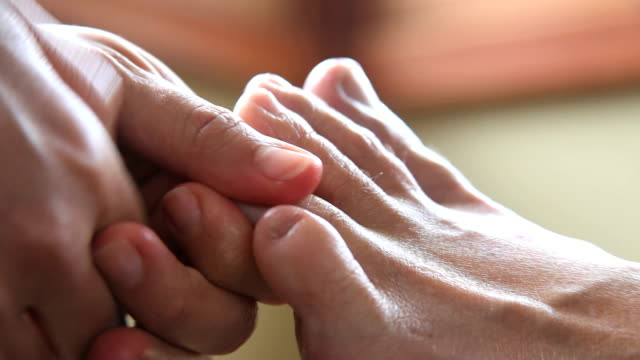 alternating thumbs on little toe video
