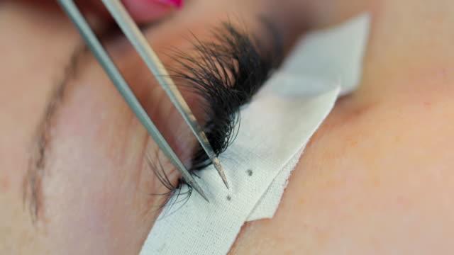 Application of false eyelashes video
