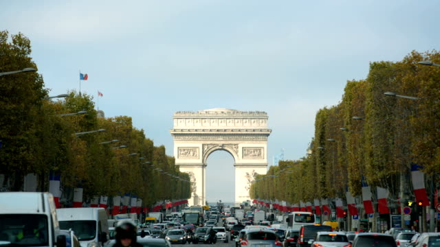 Paris, France - November 11, 2014: Arc de Triomphe in Paris seen from Champs Elysees on a sunny day with traffic. Jour de l'armistice video