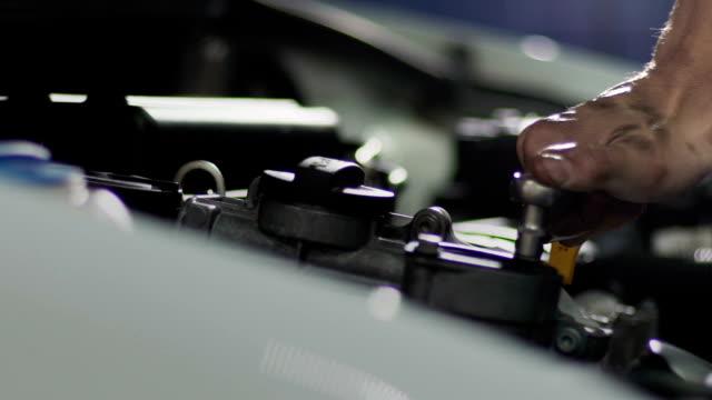 Auto mechanic repair engine video