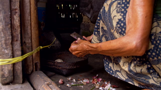 LS Balinese Woman Peeling The Garlic video