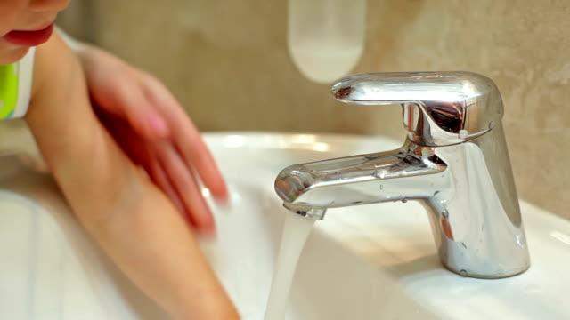 Bathroom: unscrew the tap video