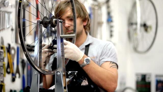 Bike mechanic fixes spokes video