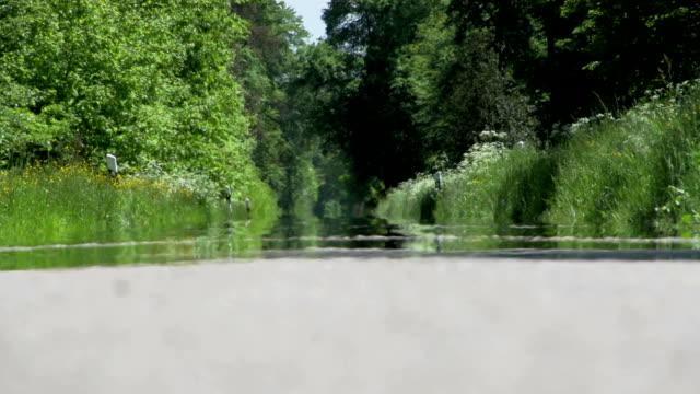 Bodenansicht von Strasse an einem heißen Sommertag. video