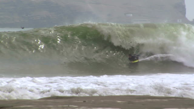 Bodyboarder tries rollo video