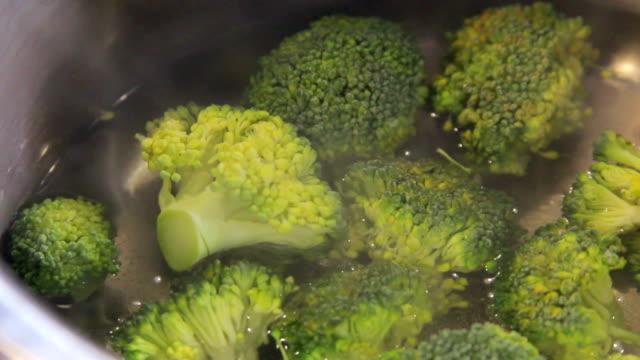Boiling broccoli video