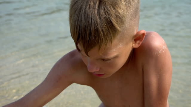 A boy builds a sandcastle video