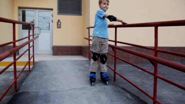 Boy in elstringed pads and knee-pads rollerblading video
