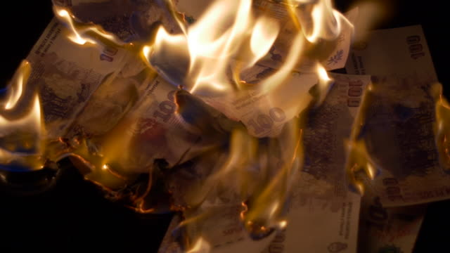 Burning 100 argentinian pesos bills video