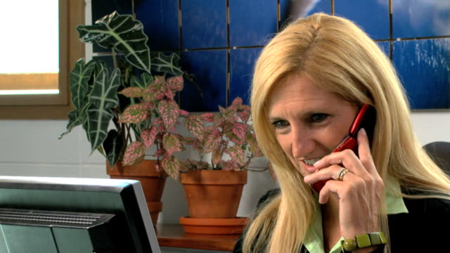 Business woman on the phone, dolly-in video