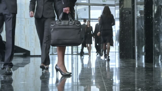 DS Busy business people rushing through the corporate building lobby video