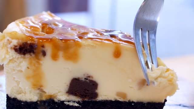 Caramel cheese cake cutting video