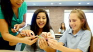 Caucasien et un moyen-orientale junior high étudiants test électronique interrupteurs dans la science et de la technologie haut de gamme - Vidéo