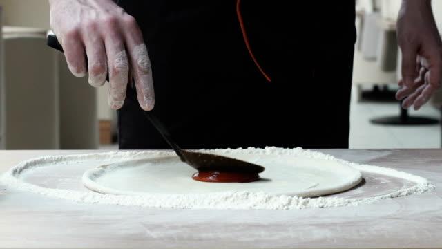 Chef makes pizza video