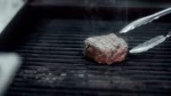Chef roast beef on the grill and re lay it video