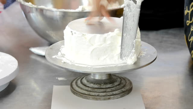 chef spread cream on model cake video