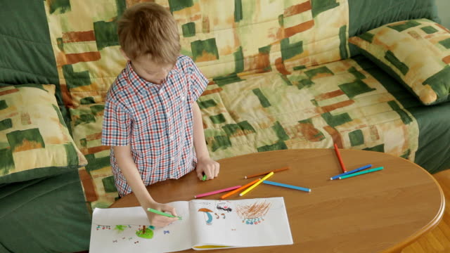 Child drawing with color felt-tip pens video