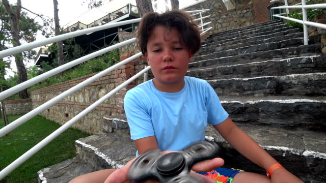 Child with a fidget spinner video