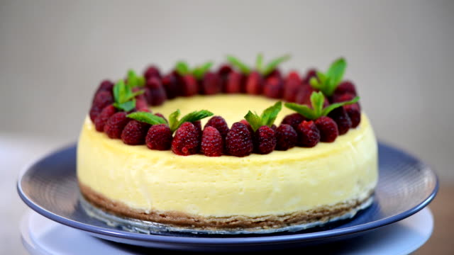 Classical New York cheesecake with berry video