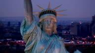Gros plan de vue aérienne, la Statue de la liberté au coucher du soleil - Vidéo