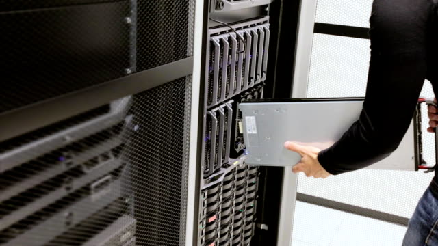 IT consultant install blade server in cluster at datacenter video