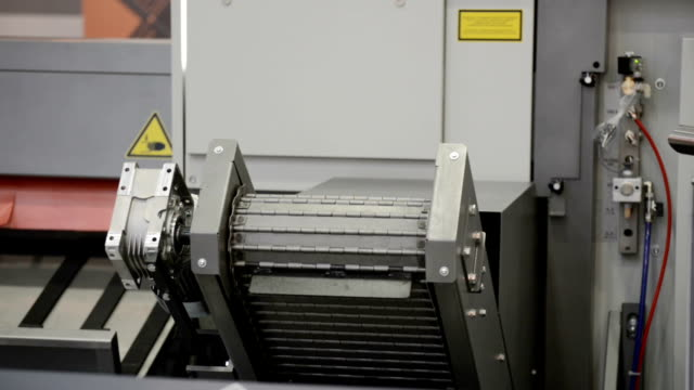 Conveyor for removal of metal chips and waste from the lathe video
