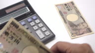 Counting Japanese Yen with calculator video