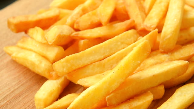 Crunchy french fries with salt video