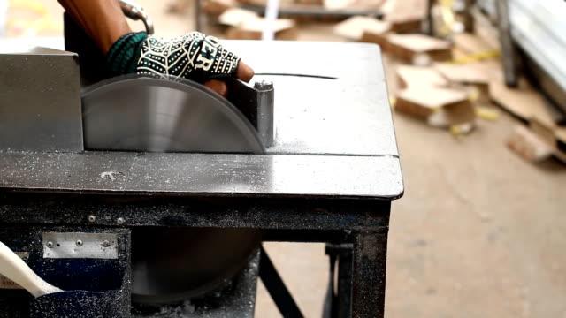 Cutting aluminium. video