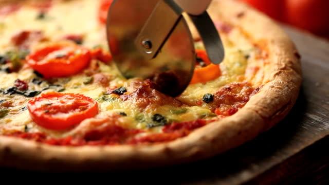 cutting pizza video