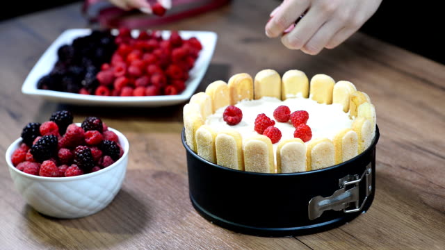 Decorate the cake Charlotte with berries video