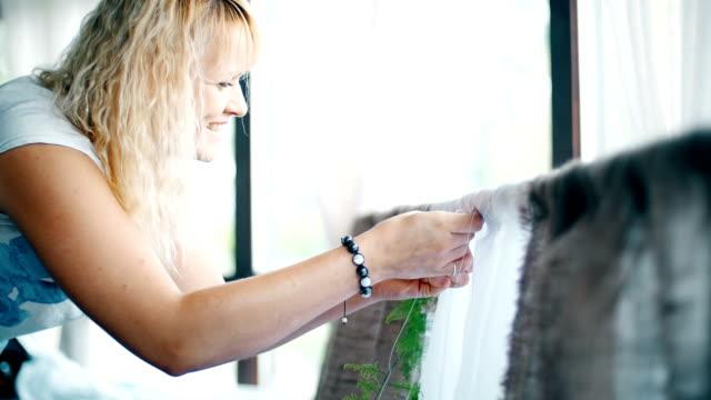 designer at work: she draws flowers wedding arch video