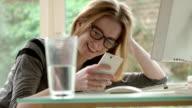 Desk text spectacles      CM  DE video