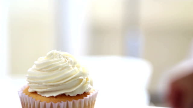 Dressing Cupcake video