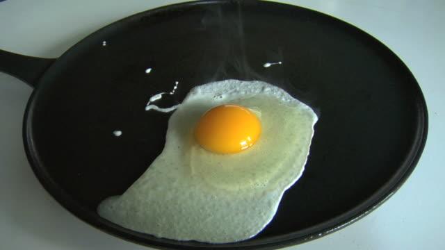 egg sunny side up video