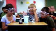 École élémentaire étudiants en faisant une Expérience scientifique - Vidéo