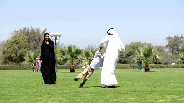 PANNING: Emirati family in the park video