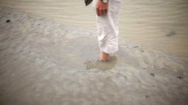 falling in mud video