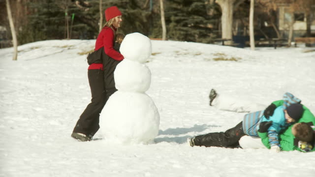 Family builds a snowman video