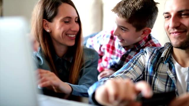 Family shopping online video
