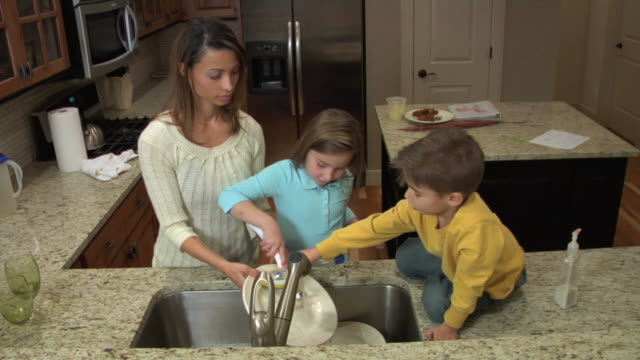 Family washing dishes together video