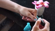 Fashion addicted...varnishing fingers in blue video