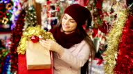 female customer  with Christmas gifts video