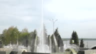 Fountain in the city of Nizhny Tagil, in the background busy road,time lapse. video