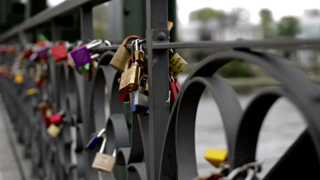 Frankfurt padlock bridge Eisener steg pan left video