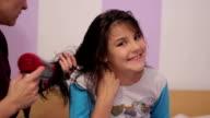 girl dries the hair video