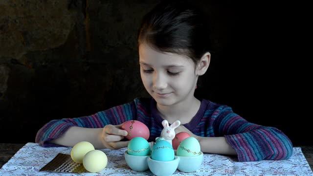 Girl graced the eggs for Easter video